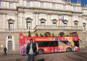 ミラノ市内を走る2階建て観光用バス