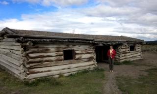 さみしげに立つ古い丸太小屋