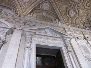 サン・ピエトロ寺院入り口
