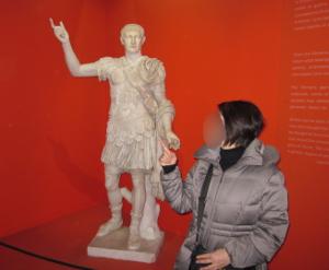 コロッセオ内にあるローマ時代の像