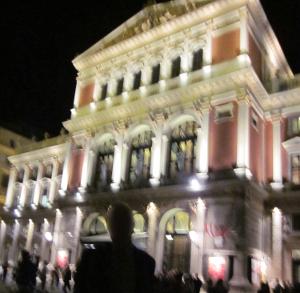 夜のウィーン楽友協会の正面玄関