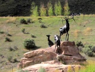 ジャクソン郊外に立つエルクの銅像