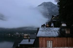 ホテルの窓から見える霧がかかったハルシュタットの湖