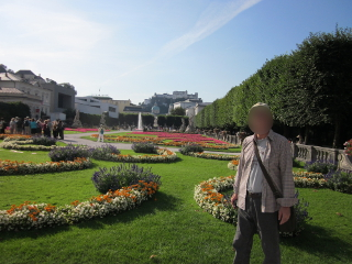 ミラベル庭園からホーエンザルツブルク城塞を望む