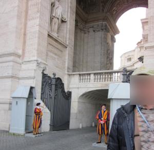 寺院の入り口を警備する人達