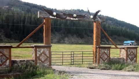 牧場入り口にある白頭ワシのゲート