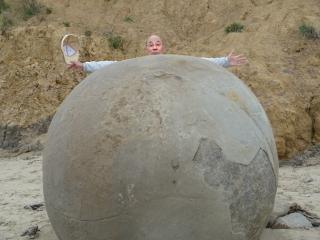 大きな丸い石と坊主頭
