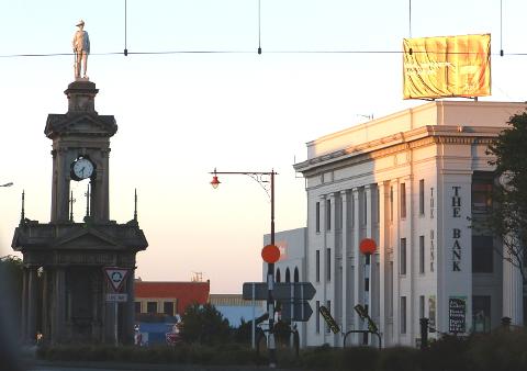 道路の中心にある時計塔