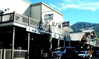 白いペンキの酒場風のウエスタンのお店