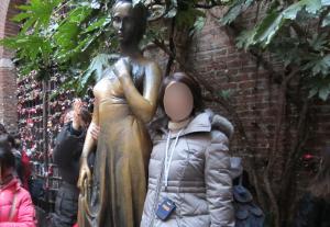 ジュリエット像の横に立って写真をパチリ