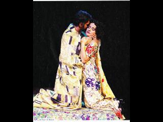 クリムトの絵「接吻」を人が表現したポスター