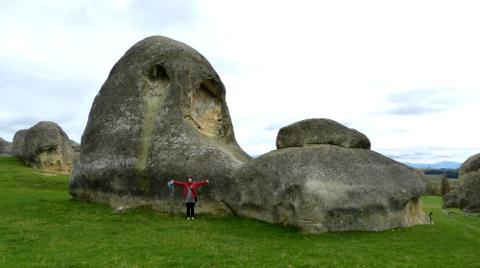 巨岩軍と女性
