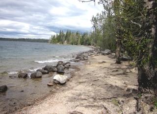 ジェニー湖の岸辺と山並み