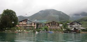 ヴォルフガング湖を行く船上から撮った湖畔の村