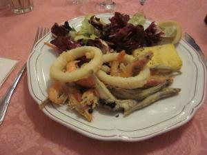 メイン料理は小魚やイカ、エビのフライ