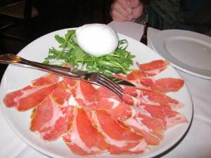 前菜の水牛のモッツァレッラチ-ズ