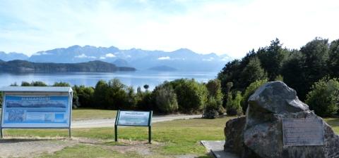 マナポウリ湖の案内板