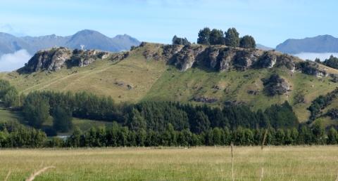 岩がごつごつした山