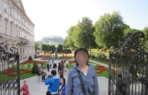 ミラベル宮殿を出た所からミラベル庭園の全景を写した写真