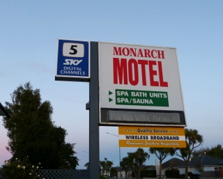 モナーク・モーテルの看板