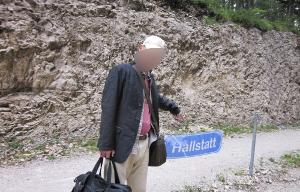 ハルシュタットの駅のホームの駅名板