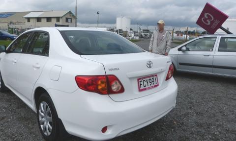 レンタルした白い車