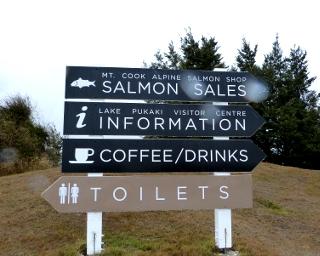 プカキ湖ビジターセンターの案内看板