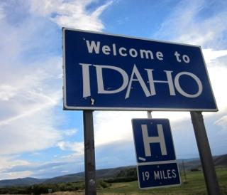 ここからアイダホ州ですと示す看板