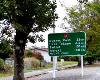 フェアーリーから他の町までの距離を書いた看板