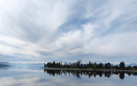 ティ・アナウ湖の岸辺