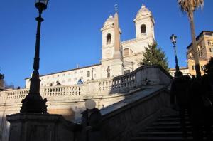 スペイン階段を下から写す
