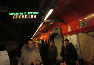 地下鉄ホームの電光掲示板