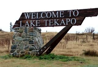 レイク・テカポの町の看板