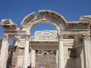 エフェソス遺跡のハドリアヌス神殿