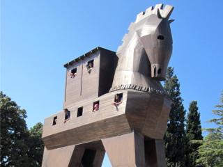 巨大な張子の木馬