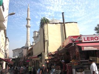 イスタンブールのモスクの見える街角