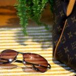 鞄とサングラス