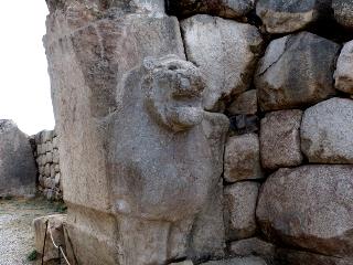 ライオンの顔のある石の門