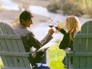男性と女性がワインで乾杯