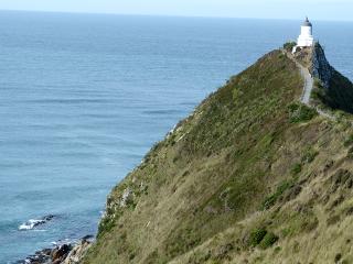 海に突き出た岬に建つ灯台