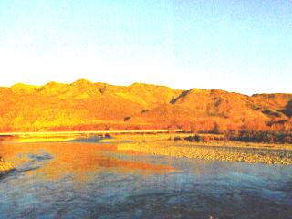 夕日で黄金色に輝く山やま