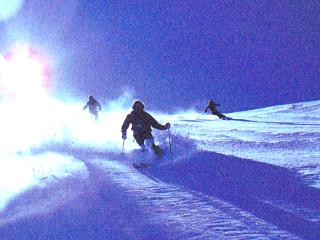 青空のもと滑るスキーヤー