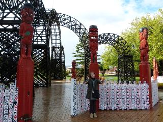 ガバメント・ガーデンの入り口のマオリの彫刻