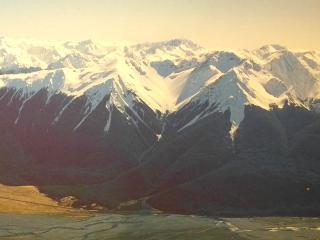 山頂に雪を頂いたアーサーズ・パスの山やま