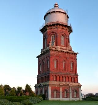 赤いレンガ造りの水道塔