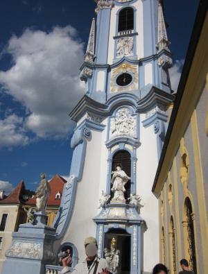 デュルンシュタインのシンボル的存在のパステルカラーの教会の塔