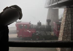 山頂の駅に止まる列車