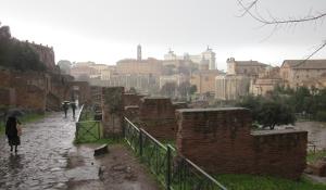 フォロ・ロマーノから見たローマの街のようす