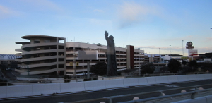 レオナルド・ダ・ヴィンチ国際空港近くにあるダ・ヴィンチ像
