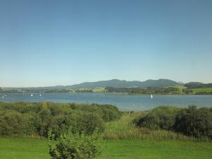ザルツブルク近くの湖水地方の列車からの風景